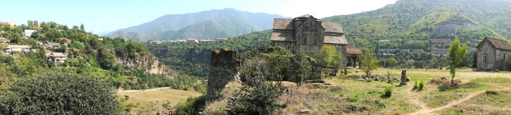Vue du site du monastère-citadelle médiévale d'Akhtala © Office de Tourisme des Terres de Haute Provence