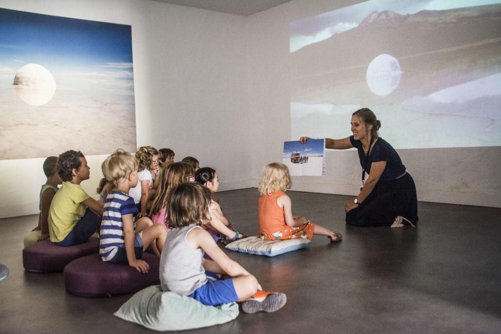 """Visite Bullu'kids de l'exposition """"Concert pour une Nouvelle Forêt"""" de Guillaume Barth, 2019 © Fondation Bullukian"""