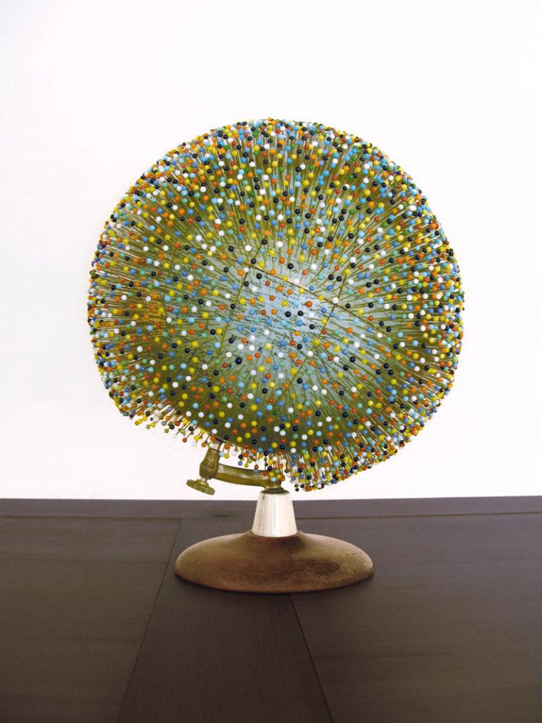Le monde épinglé, Jennifer Brial, Globe terrestre, épingles en acier à tête de verre, 25 x 30 cm, 2010.