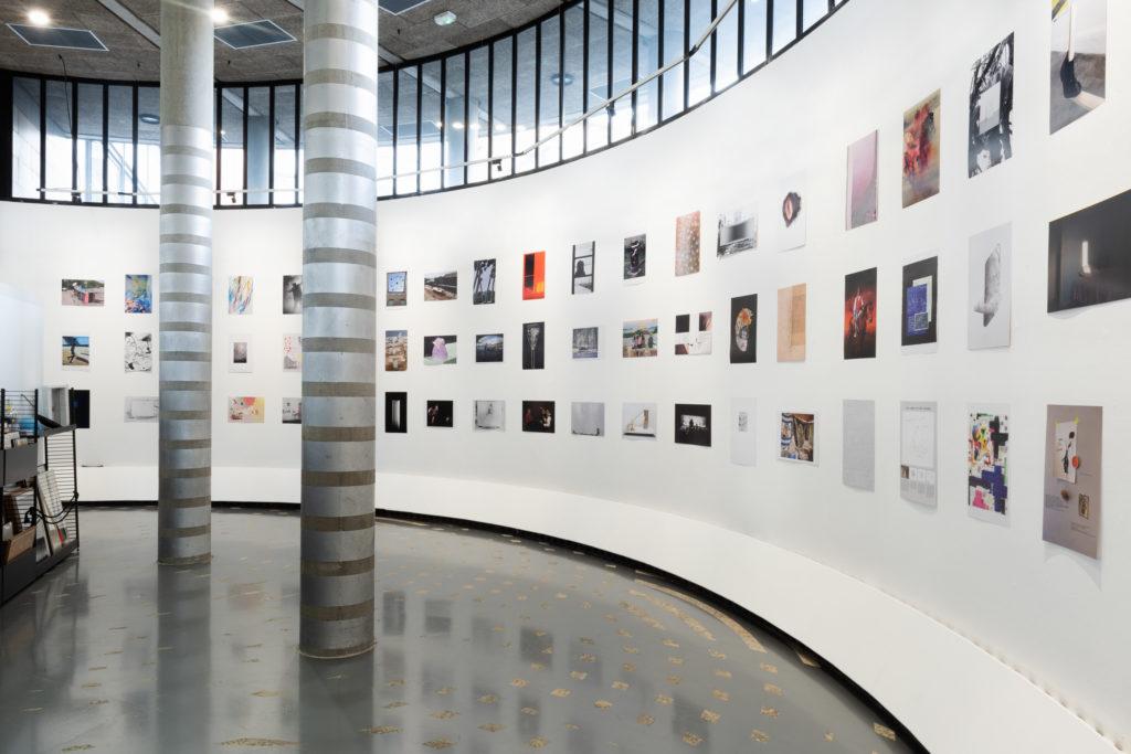Vue de l'exposition anniversaire de Documents d'artistes Auvergne-Rhône-Alpes à la Maison du livre, de l'image et du son, artothèque de Villeurbanne, 2020. Photo : © Stofleth