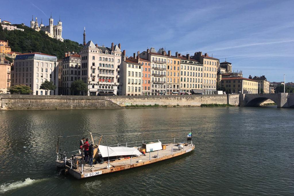 L'embarcation Utopia House arrive à Lyon depuis la Saône, 2018.