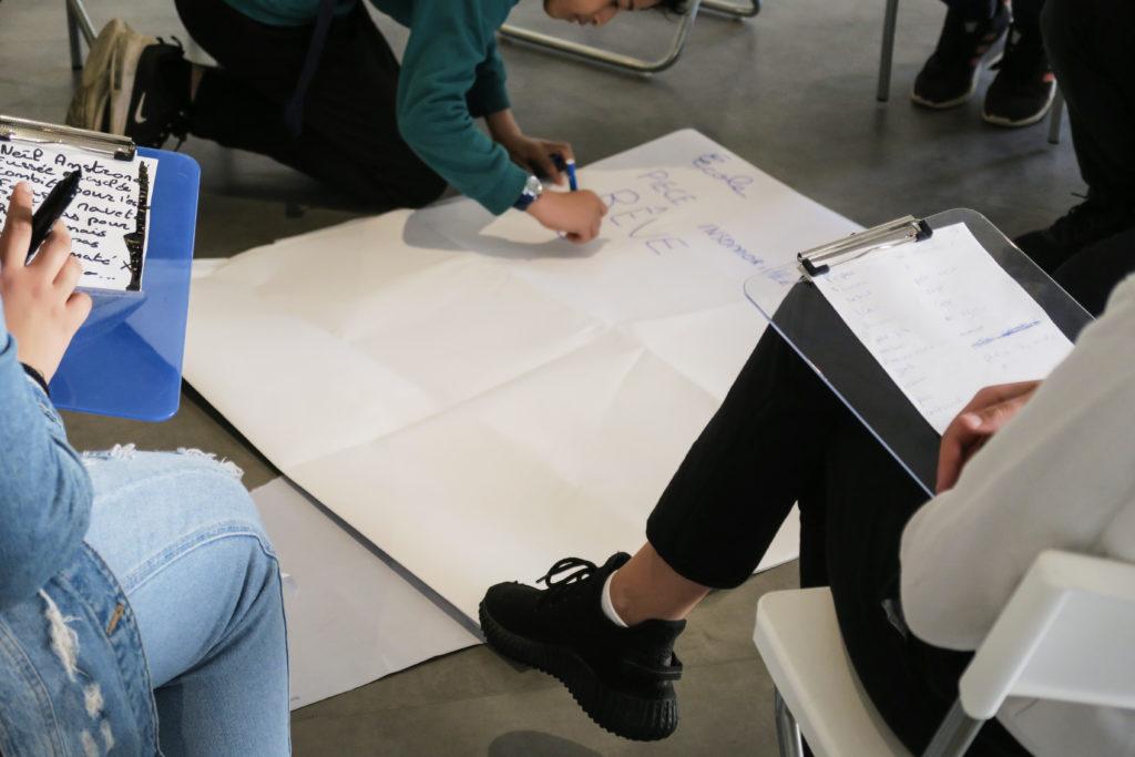 """Atelier animé par la Clique philosophique lors de l'exposition """"Space Utopia"""" de Vincent Fournier © Fondation Bullukian"""