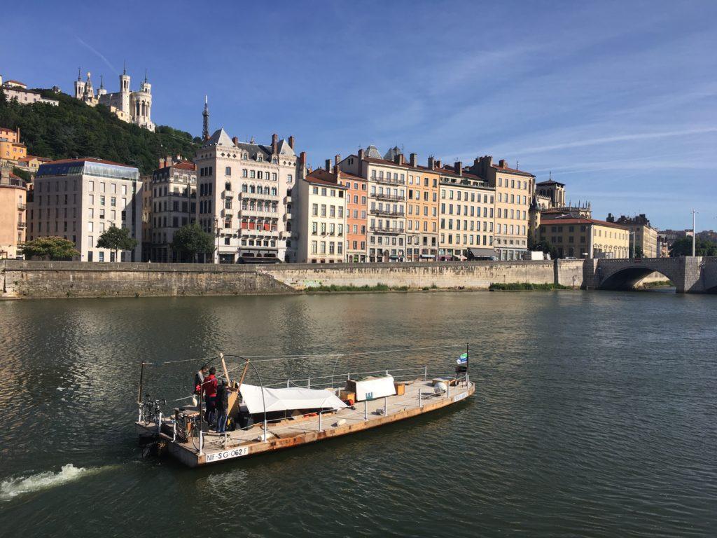 L'embarcation Utopia House arrive à Lyon depuis la Saône, Mai 2018