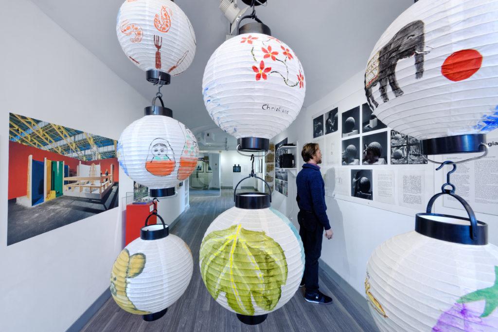 """Vue de l'exposition """"Copie conforme... Moderne"""", 13e Biennale de Lyon, Installation dans le jardin de la Fondation Bullukian, 2015 ©Blaise Adillon"""