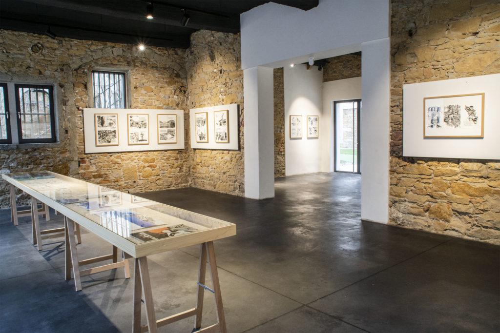 """Vue de l'exposition """"À la croisée des chemins"""", 2021 © Fondation Bullukian"""